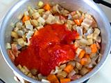 トマトピュレと水を加え、野菜が柔らかくなるまで約5分ほど煮る。