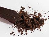 チョコレートを刻む。無塩バターは1cm角にカットする。