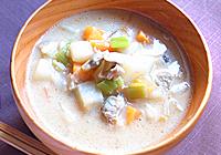 噌を溶かし、塩で味を整える。豆乳を加えて、一煮立ちしたら出来上がり! (食べやすいように、アサリを殻から外す)