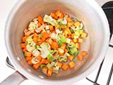 鍋にオリーブオイルを入れて1.と炒め、しんなりしてきたら2.を加え、さらに炒める。