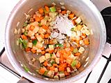 薄力粉を加えてさらに炒め、アサリを加える。