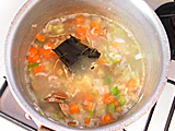 水を加えて昆布を入れ、具材が柔らかくなるまで煮る。