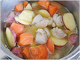 鍋に1.とサラダ油を入れて中火で炒める。鶏もも肉の色が変わったら水とみりんを入れて火を強め、煮立ったらアクをすくって砂糖と濃口しょうゆを加え、火を弱めて汁気が少なくなるまで煮る。