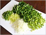 小松菜は粗く刻む。たまねぎ、セロリはみじん切りにする。ブレンド雑穀は茶こしなどを用い、洗って水気を切る。