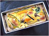 3.に2.を入れ、ボウルで混ぜておいた卵液を流し入れ、200度に予熱したオーブンで20~30分焼き、食べやすく切り分けて、つけ合わせ野菜と一緒に皿に盛れば出来上がり!