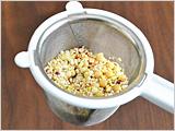 小松菜は粗く刻む。たまねぎ、セロリはみじん切りにする。ブレンド雑穀は茶こしなどを用いて洗って水気を切る。