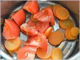 小鍋に、にんじんとひたひたの水を加えて火にかけ、火が通ったら湯を捨てて、トマトを加えてハンドブレンダーなどで混ぜ(なければマッシャーやフォークなどで潰す)、水溶き片栗粉と濃口しょうゆを加えてとろみがつくまで火にかける。
