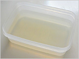鍋に粉寒天と水を入れ、混ぜながら中火にかけ、煮立ったら弱火にしてさらに1~2分煮る。型に流し入れ、粗熱が取れたら冷蔵庫に入れて冷やし固め、1~2cm角に切る。