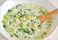 雑穀がやわらかくなったら、小松菜、牛乳、白味噌を加えてひと煮立ちさせ、塩で味を調え、器に注げば出来上がり!