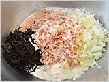 ボウルに、鶏ひき肉、水気をきったひじき、かつお節、牛乳に浸したおからパウダー、炒めたたまねぎを入れてよく混ぜる。