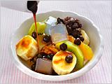 器に1.と2.を盛り、食べやすく切ったキウイフルーツ、オレンジ、バナナ、赤えんどう豆を飾り、黒蜜をかければ出来上がり!