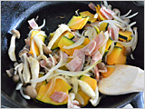 フライパンにオリーブオイルを入れて熱し、かぼちゃ、たまねぎ、しめじ、ベーコンを炒め、火が通ったらほうれんそうを加えて、しんなりするまで炒めて火を止める。