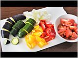 トマト、赤・黄パプリカ、たまねぎは1~2cm角に切る。ズッキーニ、なすは1cm幅の輪切りにする。