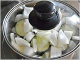 鍋に、トマト、赤・黄パプリカ、ズッキーニ、なす、たまねぎの順に重ね、塩を加えて蓋をし、時々鍋をゆすりながら、とろ火で30~40分煮る。