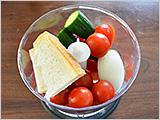 ミキサーまたはフードプロセッサーに1.と食パン、オリーブオイル、酢を入れ、なめらかになるまで混ぜる。