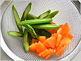 スナップエンドウとアスパラガスは、沸かした湯で茹でて水気を切る。卵はゆで卵にして殻をむき、8つに切る。