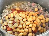2.に、大豆、トマト缶、トマトケチャップ、赤ワイン、塩を入れて汁気が少なくなるまで煮たら、コショウ、レッドペッパー、パプリカパウダーをお好みで加え、味を調える。