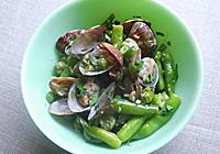 豆類が柔らかくなったら、アサリを鍋に戻し、塩で味を整える。一煮立ちしたら出来上がり!