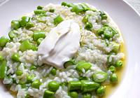 米の芯がわずかに残る程度のところで火を止め、パルメザンチーズを加えてよく混ぜる。塩で味を整え、皿に盛る。  水切りヨーグルトをスプーンですくい、中央にのせ、残りのオリーブオイル大さじ1をかければ出来上がり!