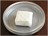 絹ごし豆腐は水きりする。