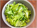 レタスは洗って水気を切り、食べやすい大きさにちぎる。