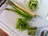 空豆はさやから取り出しておく。アスパラガスは根元の固い部分を切り落とし、袴と下半分の皮をむく。
