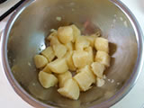 ジャガイモを茹でる。茹で上がったら熱いうちに皮を剥き、適当な大きさにカットする。ボウルに入れ、軽く塩をして粗熱を取る。