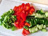 全ての野菜をザク切りにする。バジルは飾り用に少量残し、茎から葉をちぎる。