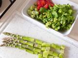 空豆、アスパラガスは皮を剥く。菜の花、アスパラガスは幅1cm程度に切り、玉ねぎは1cm角にカットする。ミニトマトは1/4に切る。