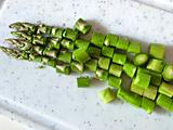 玉ねぎをみじん切りにする。スナップエンドウは筋を取り、アスパラガスは根元の皮が硬いところを取り除き、いずれも幅1cmにカットする。