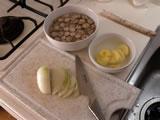 玉ねぎ、じゃがいも、ごぼうをスライスする。ごぼうは細い方、1/3ほどは後でパンと一緒にクルトンにするので、残しておく。ごぼう、じゃがいもは水にさらしておく。