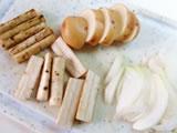 ニンニクをみじん切りにする。玉ねぎはスライス、ジャガイモは幅1cm位、ごぼうは長さ2、3cmにカットし、根元の太い部分は縦に半分に切る。