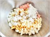 ボウルに、れんこん、玉ねぎ、ベビーほたて、豚ひき肉、米粉、濃口しょうゆ、みりん、ごま油、こしょうを入れて混ぜる。