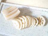 レンコン、大根、にんじんは、皮を剥いて一口大に切る。