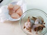 エビは背わたを取り、殻をむく。塩を少量加え、よく揉み、水洗いをする。ホタテは水洗いをし、キッチンペーパーで水気を取る。