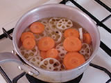 鍋に水、白ワインビネガー、グラニュー糖、塩、ローリエ、コショウ、鷹の爪を入れ、火にかける。沸騰したら火を止め、1.を加え、軽く混ぜる。