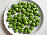 空豆、グリンピースは房から出し、インゲンは三等分しておく。