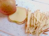 りんごは皮付きのまま、千切りにする。