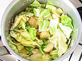 玉ねぎがしんなりしてきたら、その他の野菜を入れ、塩を少量加えて炒める。