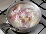 鍋に、1.の里芋、玉ねぎ、ベーコンを入れ、牛乳と2.のニンニク、塩を加え、火にかける。沸騰したら弱火にし、鍋底が焦げ付かないよう、時々混ぜながら煮る。