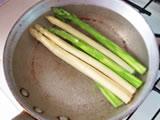 鍋、もしくは大きめのフライパンにたっぷりの湯を沸かし、塩を加える。  アスパラガス、空豆を茹でる。エビも軽く茹で、ザルにあけて水気を切っておく。