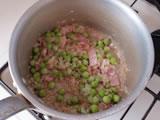 玄米、グリンピースを加えて軽く炒め、水を加え、強火にする。  沸騰したら弱火にして20分~30分、ふたをせずに煮る。