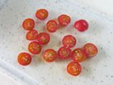 プチトマトはヘタを取り、半分にカットする。