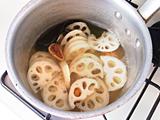 鍋にゆずの果汁、水、米酢、塩、砂糖、昆布、イチジクを入れ、火にかける。一煮立ちしたらレンコンを加え、1分ほど煮る。