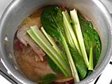 水とさつまいもを加え、強火にする。沸騰したら弱火にし、さつまいもがやわらかくなるまで煮る。食べやすい大きさにカットした小松菜を加える。