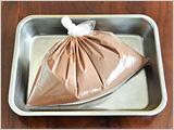 ビニール袋に2.を入れ、空気を抜いて口を閉じ、2~3時間冷凍庫に入れる。