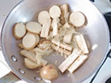 ジャガイモ、ごぼうを加え、さらに炒める。
