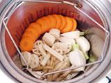 全ての野菜を蒸し器に入れ、野菜が柔らかくなるまで3~5分蒸す。
