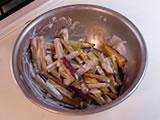 ボウルにマヨネーズ、ヨーグルトを入れてよく混ぜ、4.を加えさらに混ぜる。