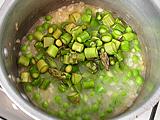 さらに、2~3分煮たところで、アスパラガス、スナップエンドウを加える。